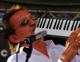 Markus Linder spielt ein Instrument