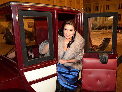 Anna Netrebko in Fiaker vor dem Philharmonikerball im  Musikverein