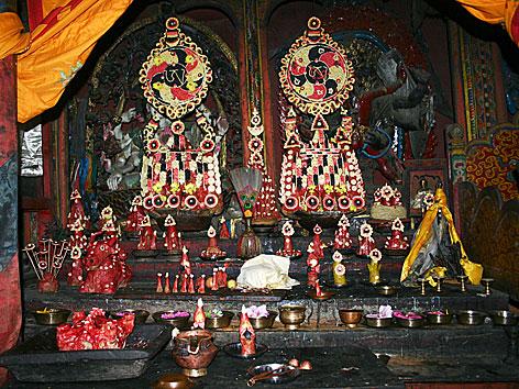 Altar aus Teigplastiken in Tibet