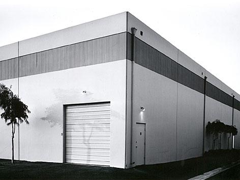 Ansicht einer Industriehalle in Kalifornien. Foto von Lewis Baltz