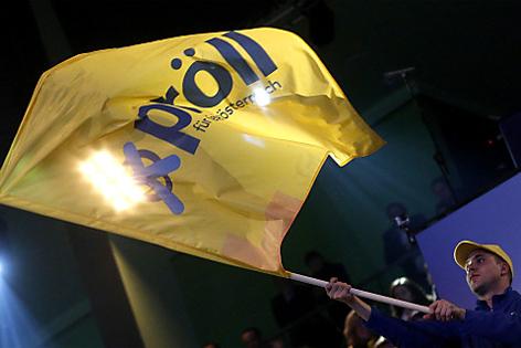 Fan schwingt ÖVP-Fahne