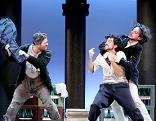 """Szene aus dem Musical """"Die Zähmung des Widerspenstigen"""": Zwei Männer streiten sich auf der Bühne"""
