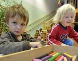 Zwei Kinder spielen im Kindergarten