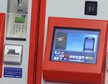 Sujet Dame vor ÖBB-Ticketautomat