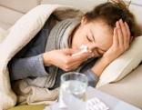 Grippekranke schneuzt sich