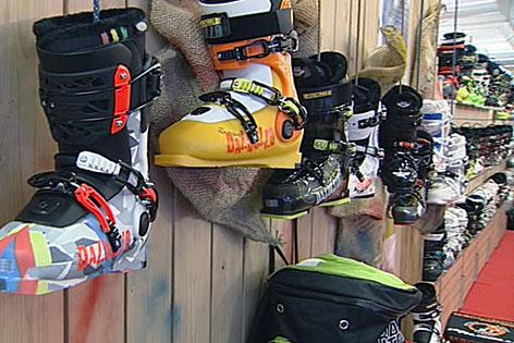 Skischuhe im Sporthändler-Regal