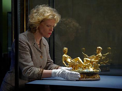 Sabine Haag, Direktorin des Museum, stellt die Saliera in eine Vitrine