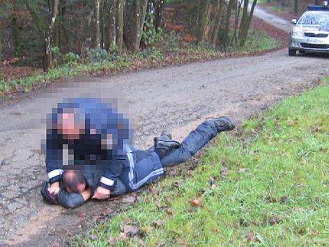 Polizist fixiert Tierschützer