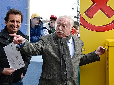 Bildungsstadtrat Christian Oxonitsch und Bürgermeister Michael Häupl beim Abgeben der Stimmzettel zur Wiener Volksbefragung