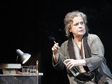 Die Schauspielerin Kirsten Dene auf der Bühne des Akademietheaters