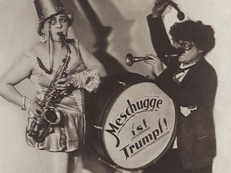 Jüdisches Kabarett der Zwischenkriegszeit: Ein Saxophonspieler und ein Trommler