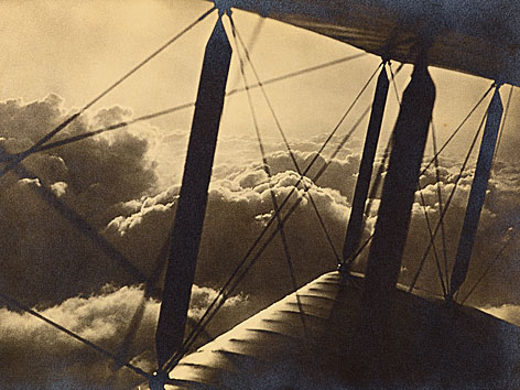 Blick aus einem Doppdeldecker über den Wolken, um 1920