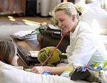 Ärztin bei Kind