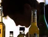 Jugendlicher und Alkoholflaschen
