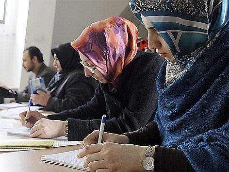 Frauen mit Kopftuch bei Lehrgang