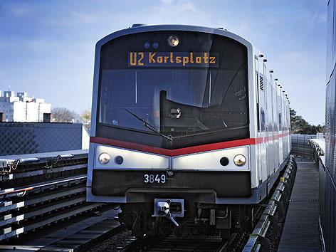Garnitur der Linie U2 in Wien-Donaustadt