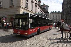 Bus fährt am Wiener Stephansplatz