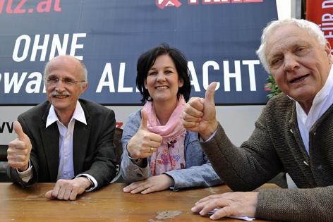 Listenzweiter Andreas Brugger, Andrea Haselwanter-Schneider, Spitzenkanditatin der Liste Fritz, und Obmann Fritz Dinkhauser bei einer Wahlveranstaltung zur Landtagswahl in Tirol