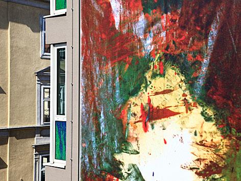 Bild von Hermann Nitsch, das ein Wohnhaus in der Leopoldstadt ziert