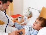 Hausarzt zu Besuch bei krankem Kind