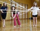 Kinder in einer Volksschule in einem Turnsaal