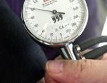 Arzt misst Blutdruck