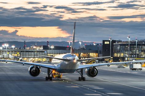 Flugzeug am Flugfeld, Abendstimmung