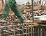 Bauarbeiter balanciert auf Stahlgerüst