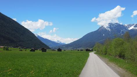 Talboden mit Stadln und Berge