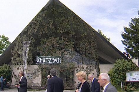 Von Tarnnetz verhüllte Kirche