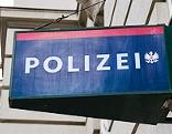 Polizeischild an einer Wachstube