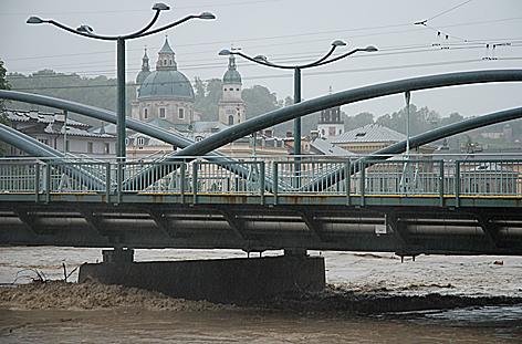 Hochwasser Salzach Stadt Salzburg Staatsbrücke und Nonntaler Brücke