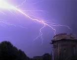 Blitz am Himmel über Flakturm