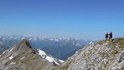 Zwei Bergsteiger auf einem Grat