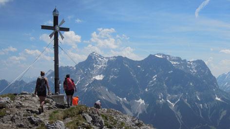 Gipfelkreuz mit Blick auf die Zugspitze