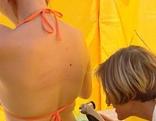 Ärztin untersucht Frau mit Bikini
