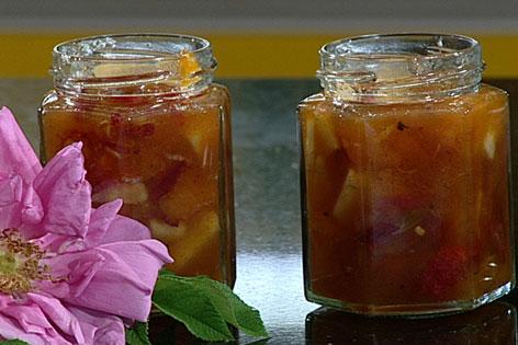 Marillen-Wildrosen-Chutney in Gläsern