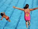 Zwei Kinder springen in ein Schwimmbecken