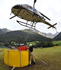 Hubschrauber bekämpft Waldbrand