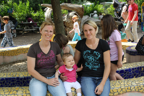 Zwei Mamas mit Baby Anna in der Mitte
