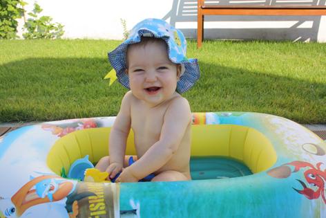 Kleine Anna im Planschbecken