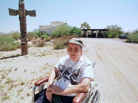 Elisabeth Kübler-Ross im Jahr 1998 vor ihrem Haus in Arizona
