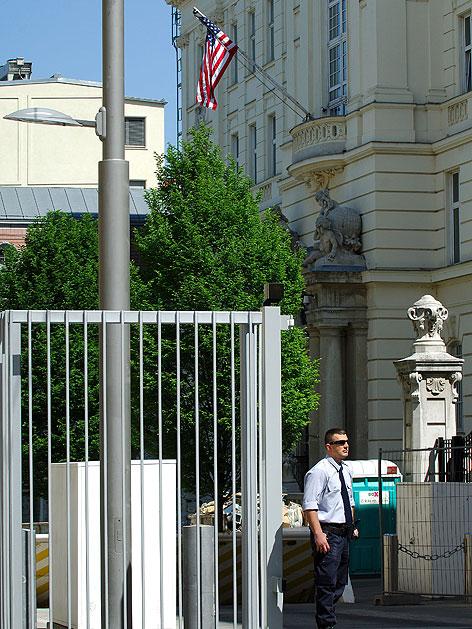 Sicherheitsbeamter vor der Botschaft der USA in Wien-Alsergrund