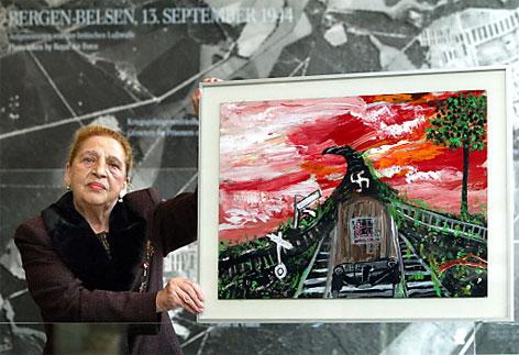Künstlerin und Holocaust-Überlebende Ceija Stojka mit einer ihrer Bilder in der KZ-Gedenkstätte Bergen-Belsen (1.3.2003)