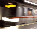 U-Bahn fährt in eine Station ein
