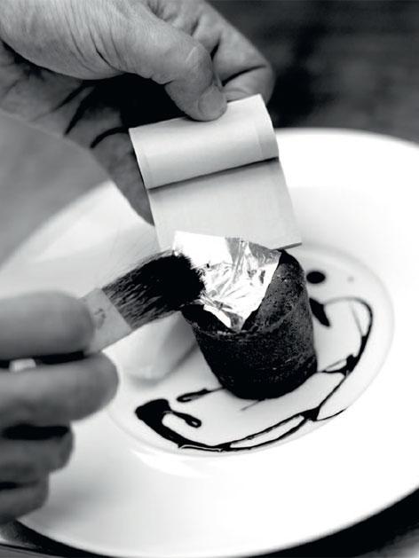 Schokoladenauflauf mit flüssigem Kern und handgeschlagenem Obers