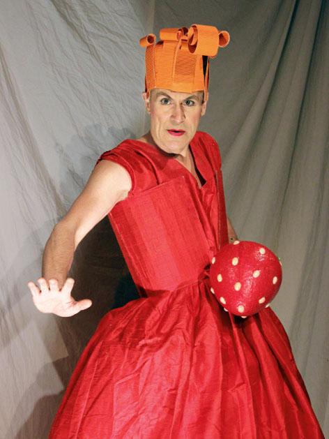 Eleonora von Pfiff im roten Kleid mit Krone