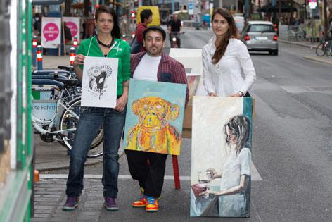 Johanna Kleedorfer und Antonio Semeraro mit ihren Kunstwerken auf der Mariahilfer Straße