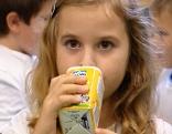 Mädchen trinkt Schulmilch
