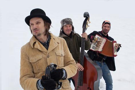 Skero und Müßig Gang im Schnee mit Instrumenten
